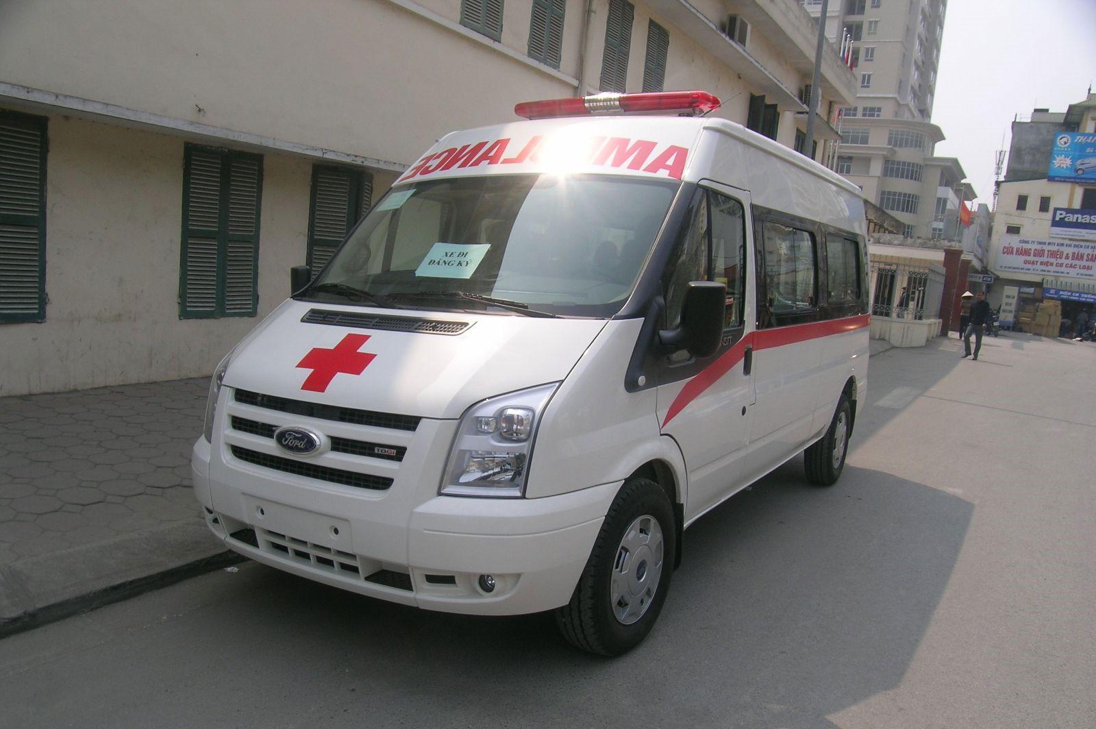 xe-cuu-thuong-ford-transit-ngoai-that-01