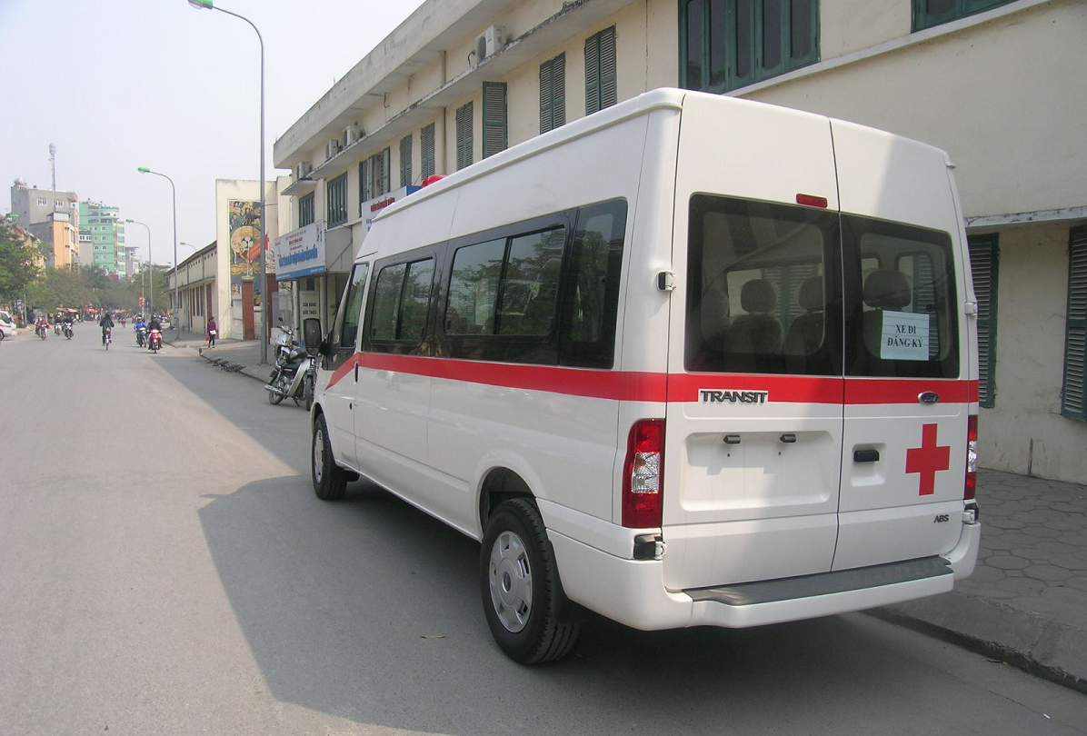 xe-cuu-thuong-ford-transit-ngoai-that-02