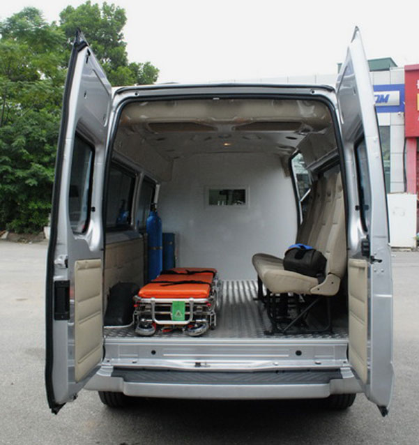 xe-cuu-thuong-ford-transit-noi-that-01